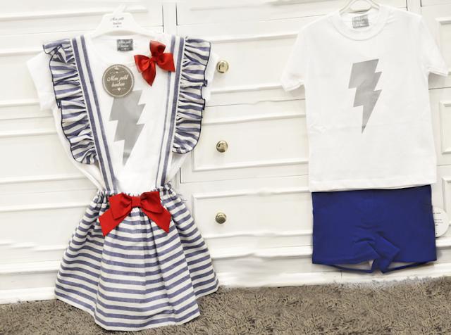 Falda con tirantes a rayas azules y blancas con lazo rojo y camiseta rayo. Mon Petit Bonbon. Y camiseta rayo niño con pantalones cortos azules