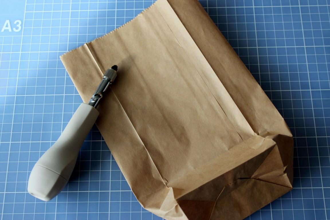 De Papieren Zak : Heerlijke stokbrood in papieren zak geïsoleerd op wit stockfoto s