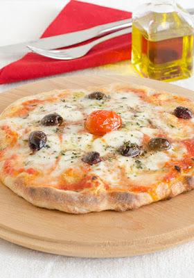 Pizza con mozzarella e olive