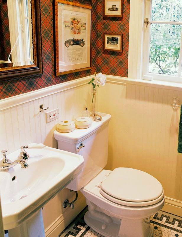 Baño decorado con cuadros