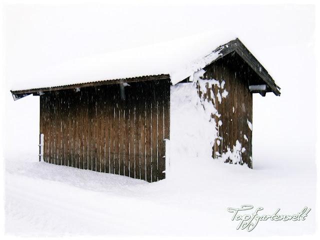 Gartenblog Topfgartenwelt Winter: verschneite Hütte
