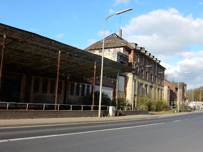 http://www.express.de/duesseldorf/16-jaehriger-faellt-acht-meter-tief-wieder-absturz-in-der-horror-ruine-im-hafen-26686776?originalReferrer=