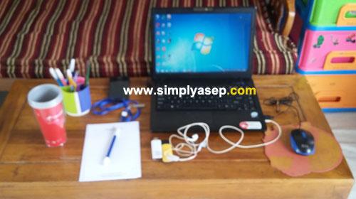KELENGKAPAN NGEBLOG : Seperti inilah alat kelengkapan saya saat ngeblog di rumah. Bagaimana dengan kamu?.  Foto Asep Haryono