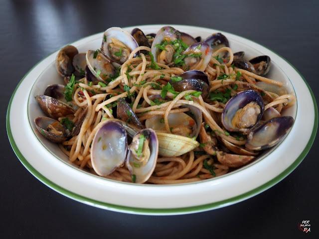 Spaghetti alle vongole, espaguetis con almejas, un típico plato de pasta italiano.