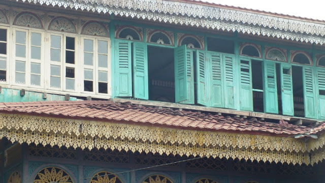 Jendela di lantai paling atas Istana Lima Laras