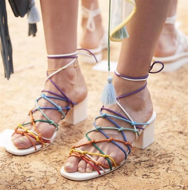 sandalia-tiras-colorida-moda