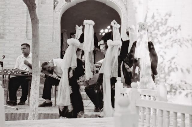 Ouzbékistan, Boukhara, médersa Gaoukouchan, danses, © Louis Gigout, 1999