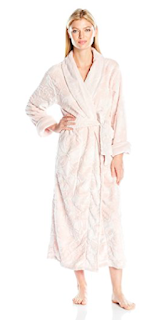 Plush robe - 10 things to steal for yourself or to give to others this Christmas. 2017 Christmas gift guide. Amazon wish list Christmas 2017. How to make an Amazon wish list. 10 gift ideas for college age students. Last minute gift ideas | brazenandbrunette.com