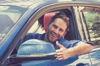 Los conductores más jóvenes siguen pagando más por su seguro de coche