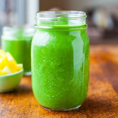 Green smoothie yang tidak terasa seperti green smoothie, karena smoothie ini manis, creamy, dan menyegarkan. Penuh dengan nutrisi dan akan membuat tubuh segar berenergi, sehingga siap untuk memulai hari yang sibuk.