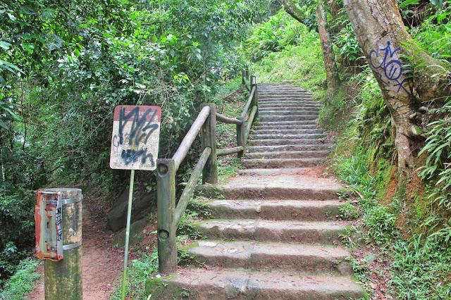 Início da trilha para a Prainha Branca do Guarujá