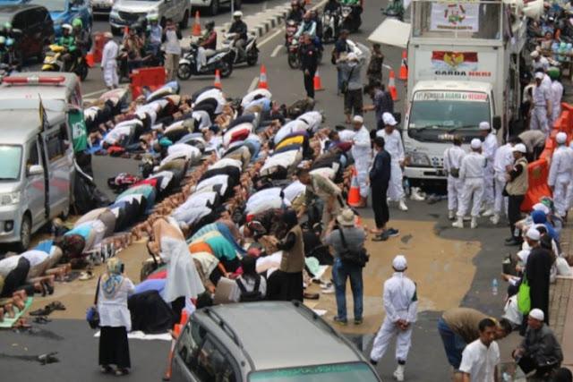 Massa 212 Pendukung Amien Rais gelar shalat berjamaah di jalan
