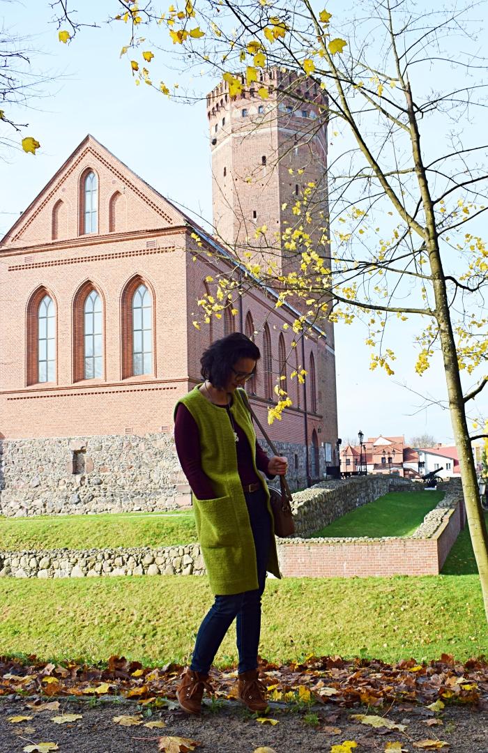 Kamizelka uszyta z wykroju Burda 10/2009 i zamek krzyżacki w Człuchowie