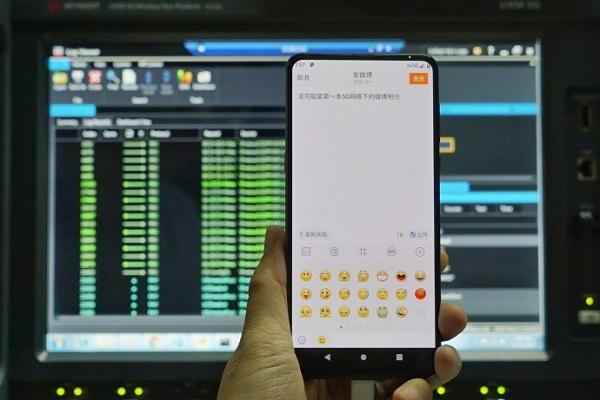 رئيس Xiaomi يُظهر نسخة الـ 5G من Mi MIX 3 #الراقي_للمعلوميات #شاومي #Xiaomi
