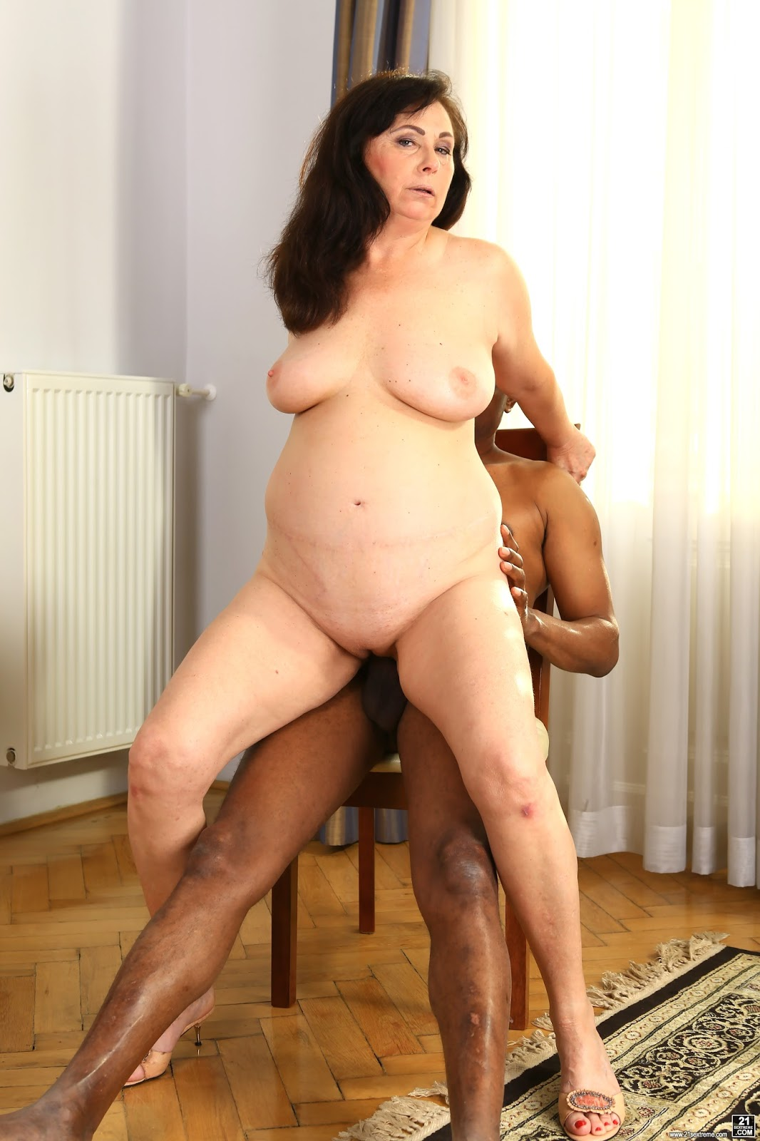 Uk grannies zadi and elaine give their old pussy a treat - 2 5
