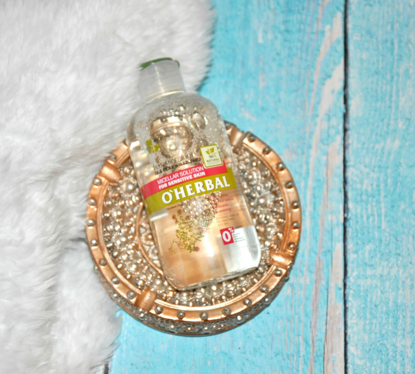 O'Herbal, Płyn micelarny  Delikatnie i łagodnie oczyszcza z zanieczyszczeń oraz makijażu. Nie wysusza skóry, pozostawiając ją nawilżoną. Doskonale usuwa zanieczyszczenia dzięki micelarnej formie, która emulguje brud i utrzymuje skórę w równowadze. Nadaje skórze świeżość i elastyczność. Nie zawiera alkoholu, mydeł, kompozycji zapachowej oraz barwników. Mix dwóch rodzajów. Produkt pełnowymiarowy - 19,99 zł/250 ml