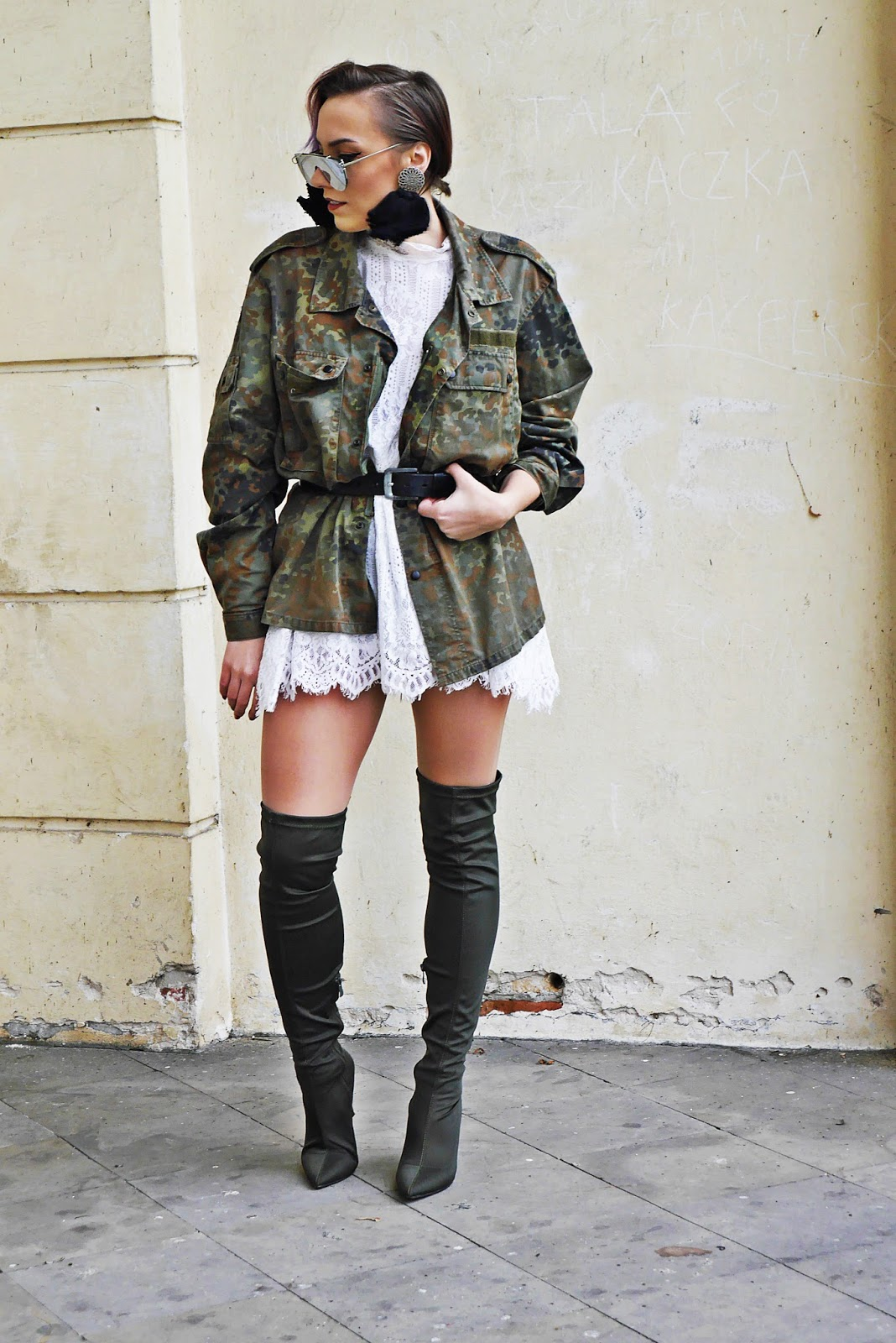 6_moro_kurtka_sh_koronkowa_biala_sukienka_karyn_blog_buty_renee_031217b