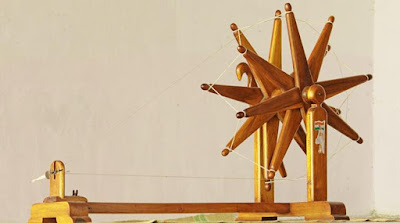 fashion-students-spin-charkha-as-tribute-to-gandhi