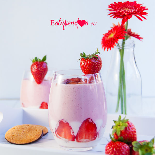 Postre de yogur y fresas con base de galleta de chocolate