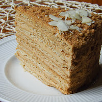http://www.bakingsecrets.lt/2015/06/karamelinis-medaus-tortas-caramel-honey.html