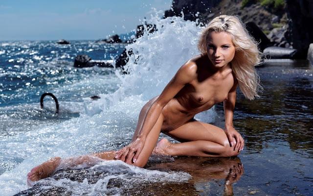 Загорелая, мокрая, девушка, волосы, тело, грудь, ножки, поза, сидит. камень, берег, море, волны, пена, брызги