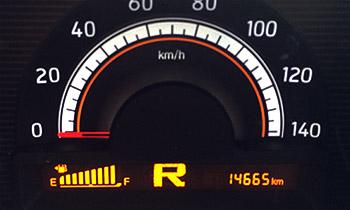 MRワゴンの縦棒グラフが横に並ぶデジタルメーターの燃料計(2015年4月9日撮影)