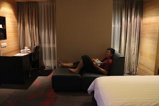 Tukang Jalan Jajan bersantai diatas sofa Hotel Grandis Kinabalu