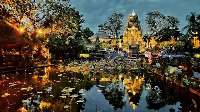 foto suasana sore hari di pura taman saraswati ubud