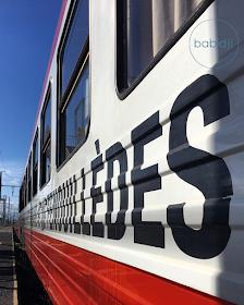 inscription fenouillèdes sur le côté d'un wagon du train rouge