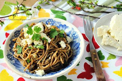 411. Pesto z pokrzyw z makaronem i serem korycińskim, obiad na wiosenny detoks