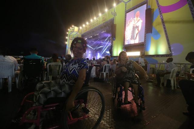 Festa acessível: amigas cadeirantes e mulher com deficiência visual curtem réveillon do Aterro em Fortaleza