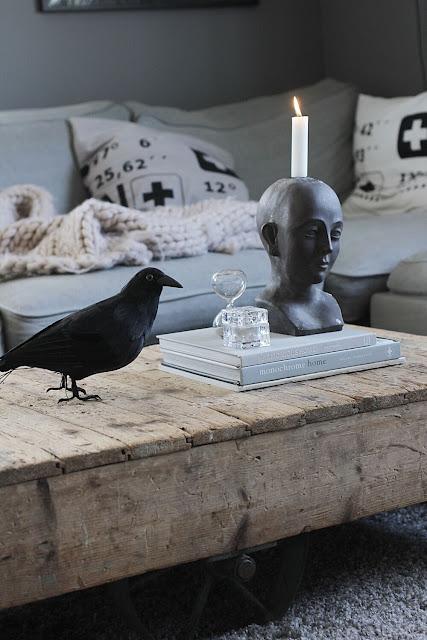 annelies design, webbutik, webshop, nätbutik, dekoration, inspiration, vardagsrum, vardagsrummet, kråka, svart fågel, fåglar, timglas, ansikte, ljusstake, kuddfodral, kuddar,