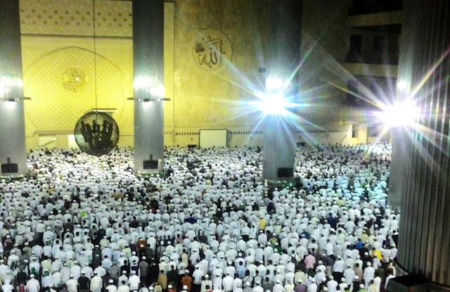 Sebelum Aksi 212 Dimulai, Sholat Subuh Di Istiqlal Serasa Di Masjidil Haram