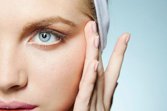 الواجبات المنزلية: كيفية التخلص من التجاعيد حول العينين دون الحقن