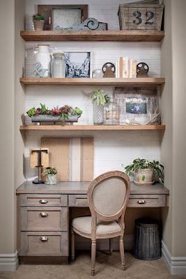escritório com móveis rústicos com prateleiras rústicas estilo fazenda