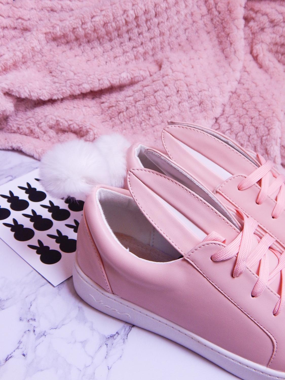 12 różowe tenisówki króliki z pomponem urocze buty na wiosnę tenisówki do każdej stylizacji renee pudrowy róż partybox buty w kształcie zająca