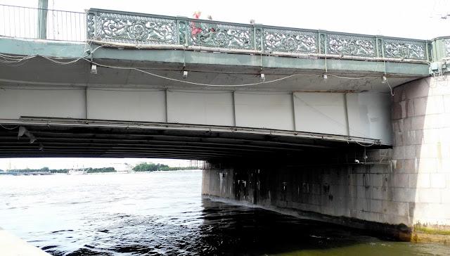 поврежденные решетки Литейного моста
