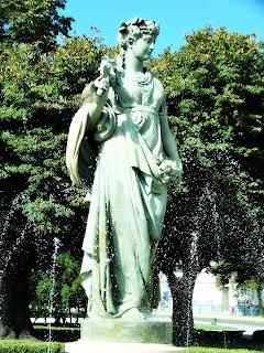 Escultura El Otoño - Plaza Mariano Moreno, La Plata, Argentina