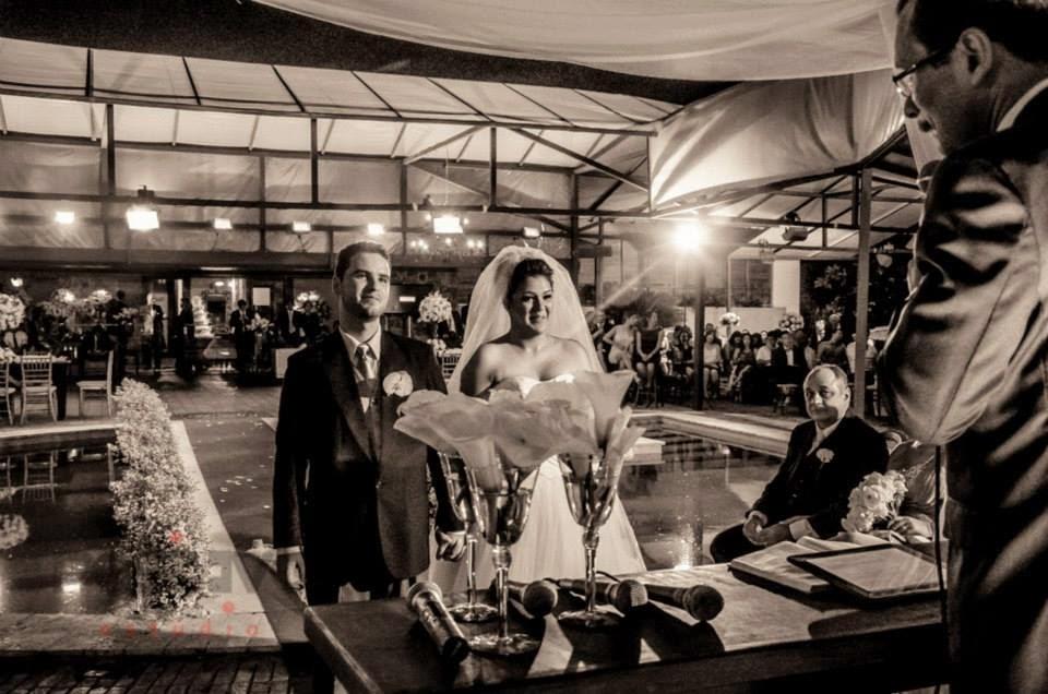 princesa-vestido-vera-wang-cerimonia-noivos-altar-1