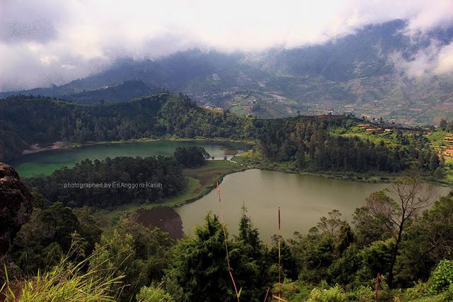Keindahan Telaga Warna Dieng dilihat dari Bukit Ratapan Angin.