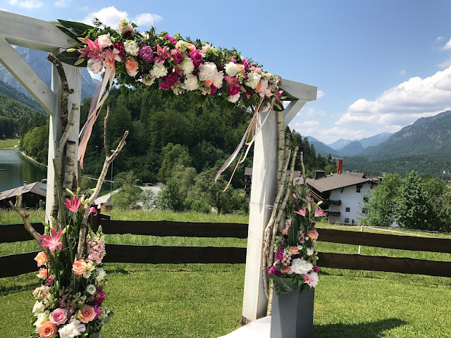 flower arch,  shades of raspberry and apricot, lake-side wedding in the Bavarian mountains, Garmisch-Partenkirchen, Germany, wedding venue Riessersee Hotel, wedding planner Uschi Glas, getting married abroad
