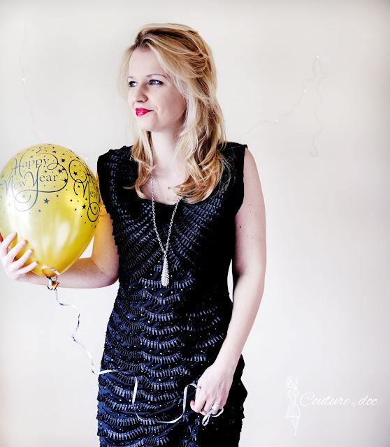 Czarna sukienka wieczorowa, złoty balon