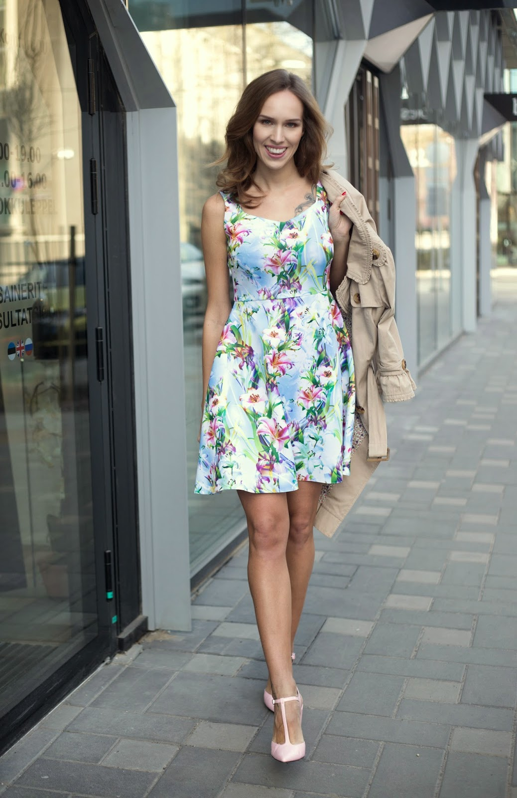 summer-daytime-look-floral-dress-trench-perit-muuga