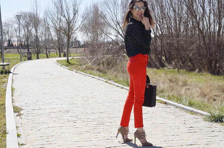 pantalón-rojo-blusa-lunares-negro-trends-gallery-blogger