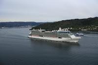 Cruise-skip legg ut frå Bergen. Fri bruk.