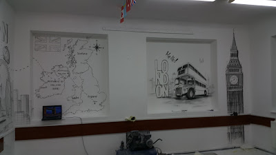 Mural w szkole, tematyczny mural w klasie językowej, urządzanie klasy językowej, ciekawy sposób na aranżacje sali językowej, dekoracja klasy poprzez malowanie graffiti 3D, mural w sali językowej, graffiti w klasie