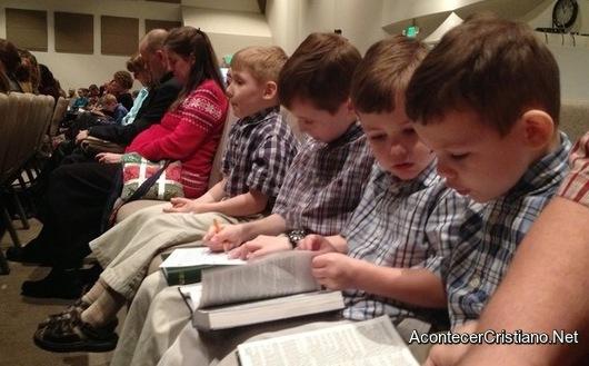 Niños leyendo la Biblia en la iglesia
