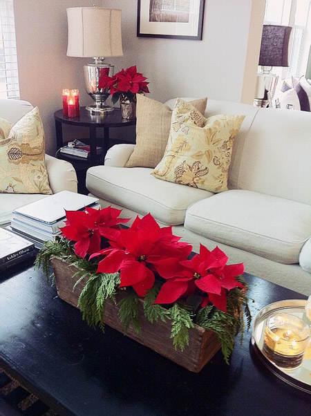 centro de mesa elaborado con caja de madera y flores de pascua