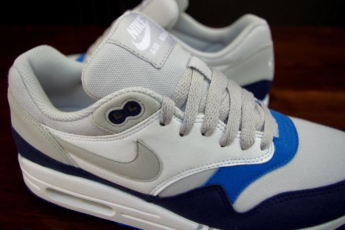 separation shoes 3a29a 3f6aa ... białej podeszwie z systemem air max. Odróżniający je od innych wydań  szczegół to użyte przez Nike bawełniane płótno, zamiast standardowego meshu.