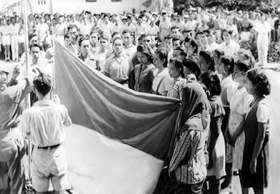 Sejarah Bendera Merah Putih Indonesia   Dalam sejarah Indonesia terbukti, bahwa Bendera Merah Putih dikibarkan pada tahun 1292 oleh tentara Jayakatwang ketika berperang melawan kekuasaan Kertanegara dari Singosari (1222-1292). Sejarah itu disebut dalam tulisan bahwa Jawa kuno yang memakai tahun 1216 Caka (1254 Masehi), menceritakan tentang perang antara Jayakatwang melawan R. Wijaya.  Mpu Prapanca di dalam buku karangannya Negara Kertagama mencerirakan tentang digunakannya warna Merah Putih dalam upacara hari kebesaran raja pada waktu pemerintahan Hayam Wuruk yang bertahta di kerajaan Majapahit tahun 1350-1389 M. Menurut Prapanca, gambar-gambar yang dilukiskan pada kereta-kereta raja-raja yang menghadiri hari kebesaran itu bermacam-macam antara lain kereta raja puteri Lasem dihiasi dengan gambar buah meja yang berwarna merah. Atas dasar uraian itu, bahwa dalam kerajaan Majapahit warna merah dan putih merupakan warna yang dimuliakan.  Dalam suatu kitab tembo alam Minangkabau yang disalin pada tahun 1840 dari kitab yang lebih tua terdapat ambar bendera alam Minangkabau, berwarna Merah Putih Hitam. Bendera ini merupakan pusaka peninggalan jaman kerajaan Melayu Minangkabau dalam abad ke 14, ketika Maharaja Adityawarman memerintah (1340-1347). Warna Merah = warna hulubalang (yang menjalankan perintah) Warna Putih = warna agama (alim ulama) Warna Hitam = warna adat Minangkabau (penghulu adat)